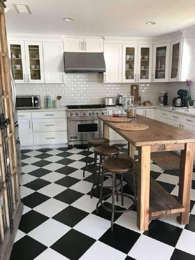 36. Piso preto e branco xadrez para cozinha branca decorada com mesa de madeira rustica – Foto: Etsy