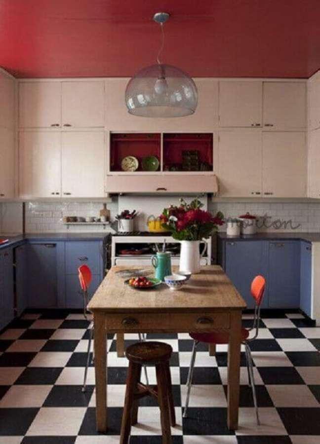 3. Cozinha simples decorada com piso xadrez preto e branco e armários branco e azul – Foto: Decor Fácil