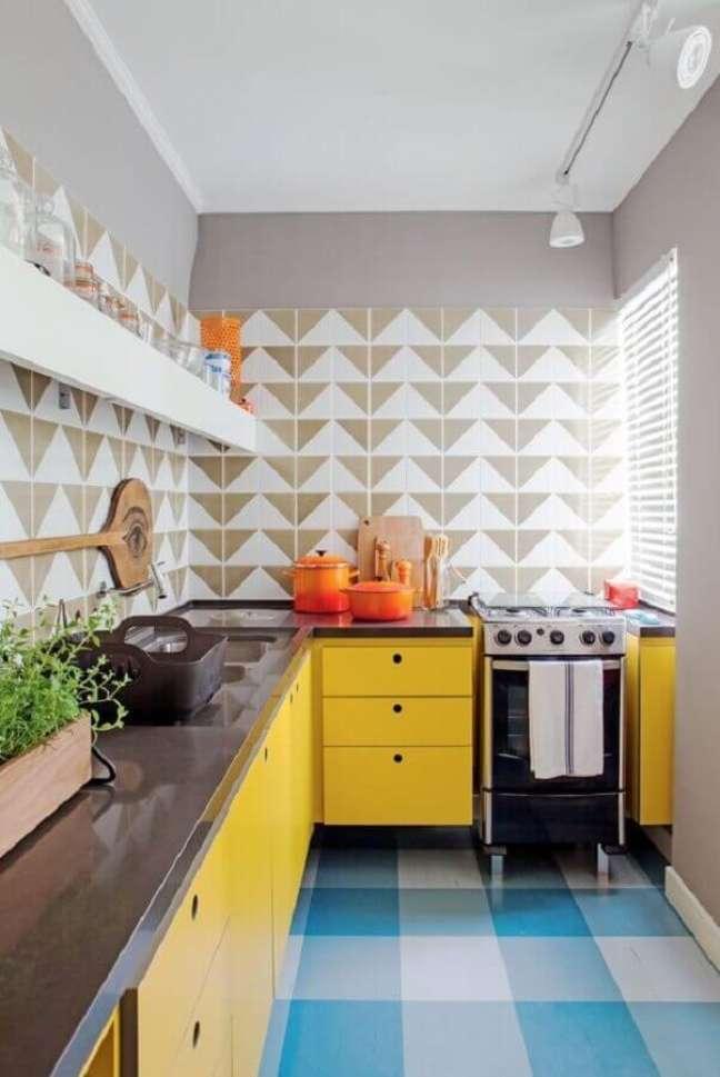 40. Piso xadrez azul para decoração de cozinha retro com armários amarelos – Foto: Casa Vogue
