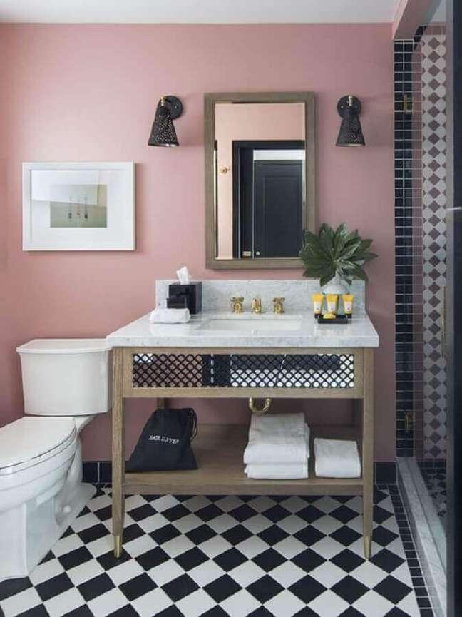 45. Piso xadrez para banheiro decorado com parede rosa – Foto: Lepsie Byvanie