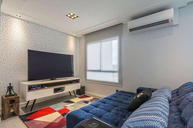 22. Sala pequena planejada com sofá reclinável azul. Projeto de Idealizzare Arquitetos