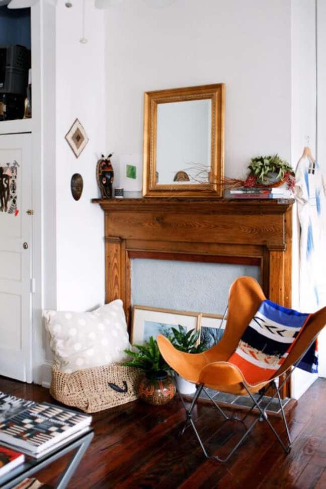 32. Sala decorada com poltrona butterfly laranja no estilo boho – Foto Design Sponge