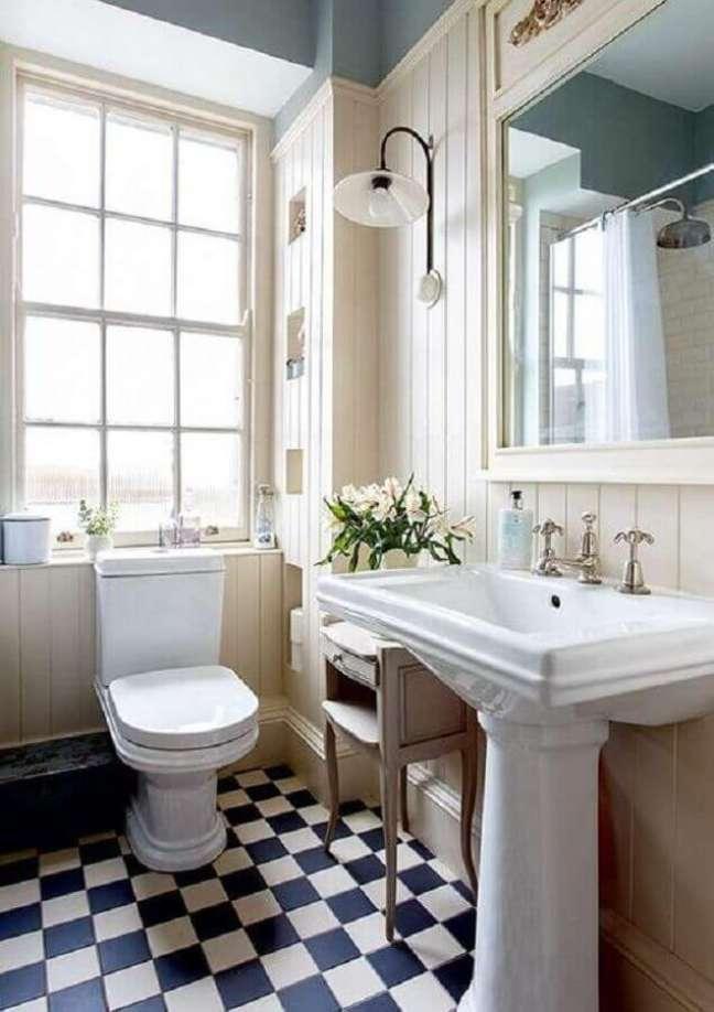 43. Piso xadrez para banheiro clássico decorado com luminária de parede – Foto: Home Fashion Trend