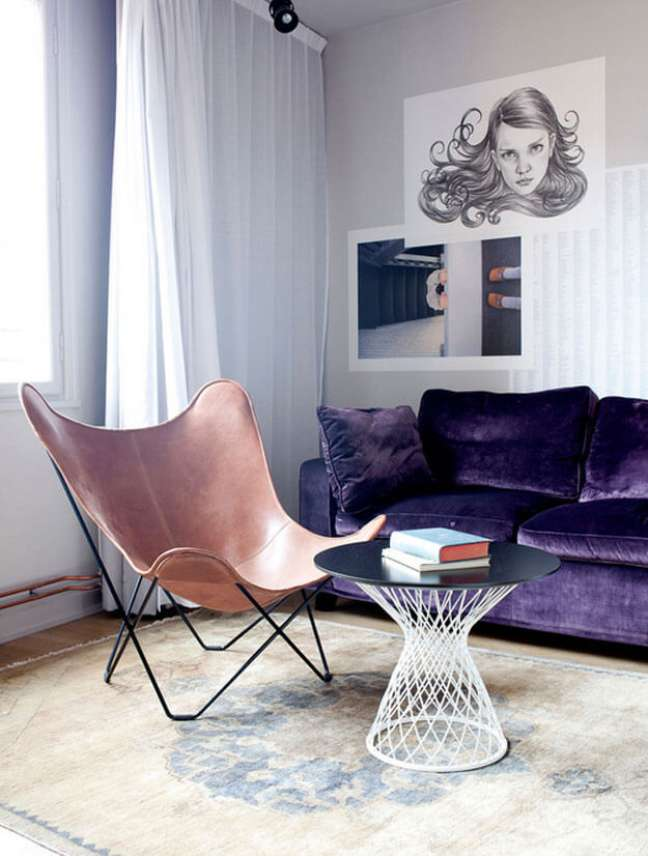 50. Poltrona butterfly caramelo na sala com sofá roxo e tapete moderno -Foto Simon Bajad