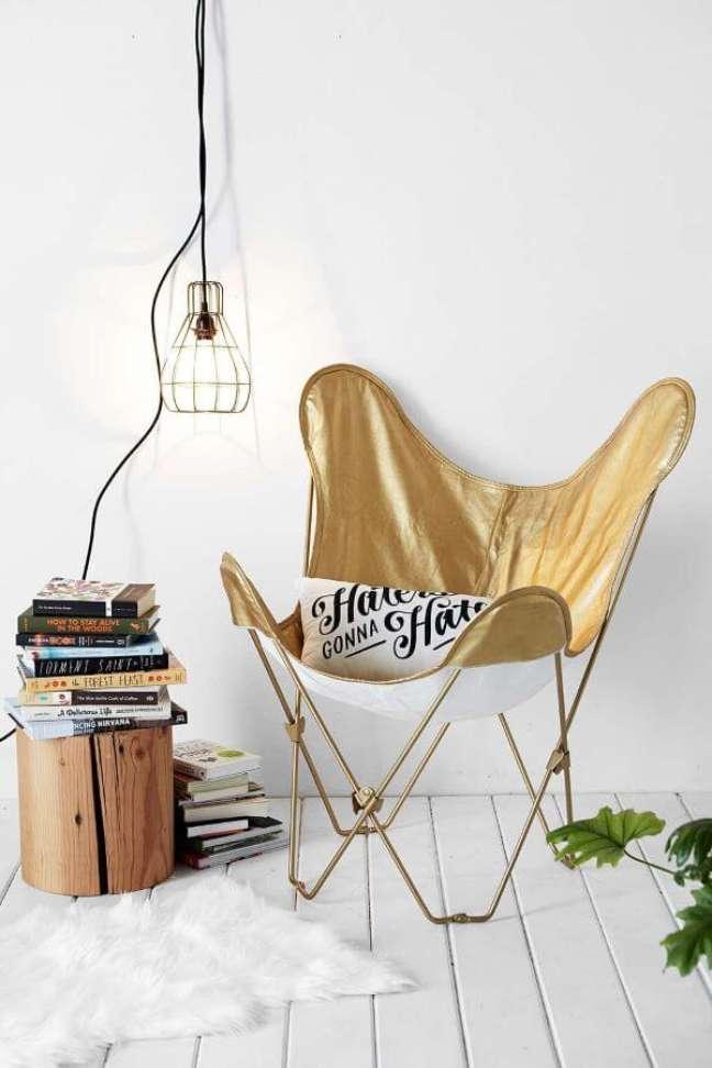 15. Poltrona butterfly dourada na decoração branca moderna – Foto Urban Outfitters