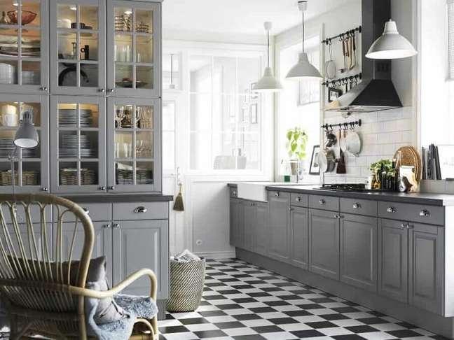 24. Decoração clássica para cozinha cinza com piso xadrez preto e branco – Foto: Total Construção
