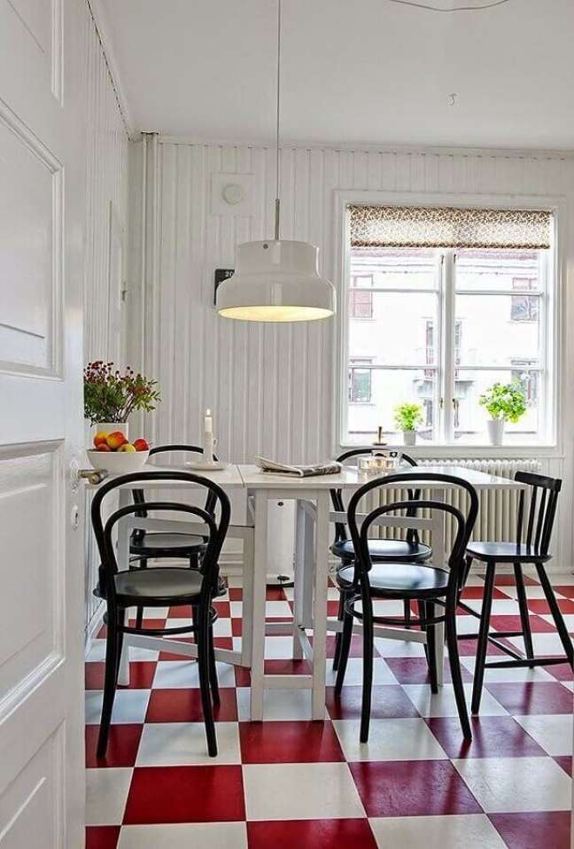 59. Piso xadrez vermelho para decoração de sala de jantar branca – Foto: ImovelWeb