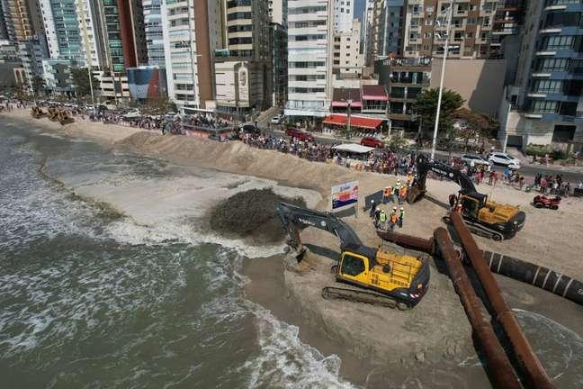 Especialistas veem com ressalvas projetos de dragagem e alargamento de praia, como o de Camboriú