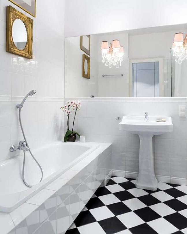 26. Decoração de banheiro branco com piso xadrez preto e branco – Foto: The Spruce
