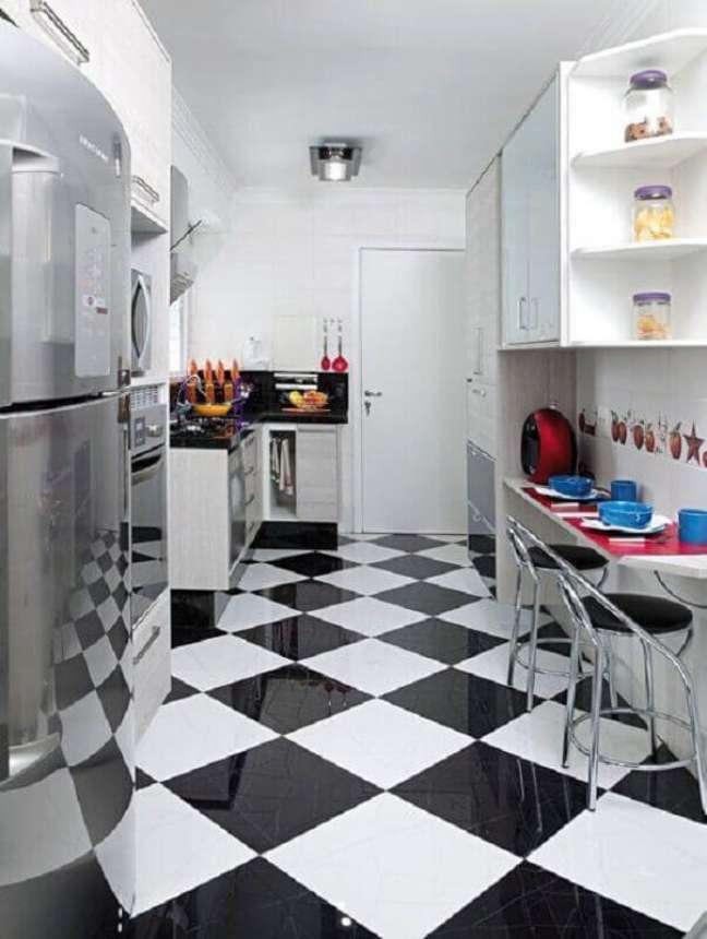 4. Cozinha branca pequena decorada com piso xadrez vinílico preto e branco – Foto: Vicenzo Moveis e Planejados