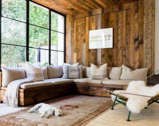 15. Sofá baú de madeira para sala planejada pequena. Fonte: Asset Project