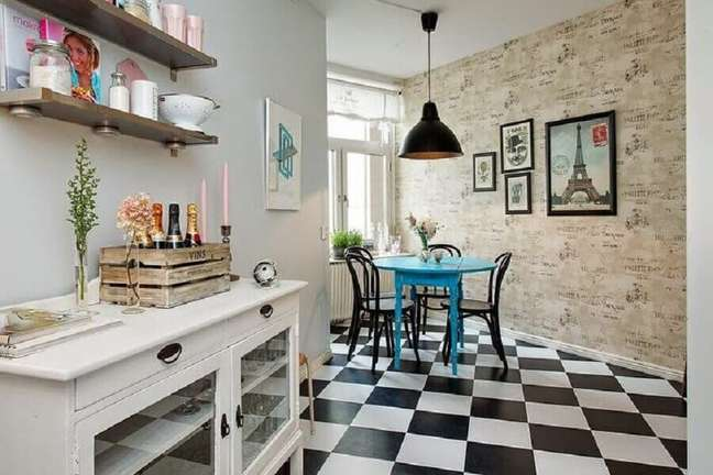 58. Piso xadrez preto e branco para sala de jantar decorada com cadeiras pretas para mesa redonda azul – Foto: Decor Fácil