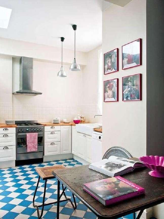 39. Piso xadrez azul e branco para decoração de cozinha branca simples – Foto: Casa Vogue