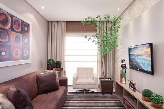 10. Os vasos de plantas trazem um toque de frescor para a sala de estar planejada pequena. Fonte: Karla Amaral