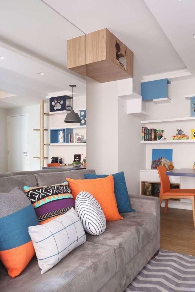 61. As almofadas para sofá coloridas trazem vida para a decoração da sala planejada pequena. Projeto de Oliveira Arquitetura