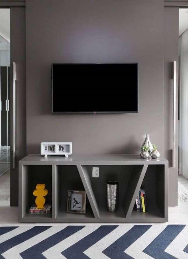 45. Na sala planejada pequena apartamento o rack foi feito sob medida para o projeto. Foto: Wood Save