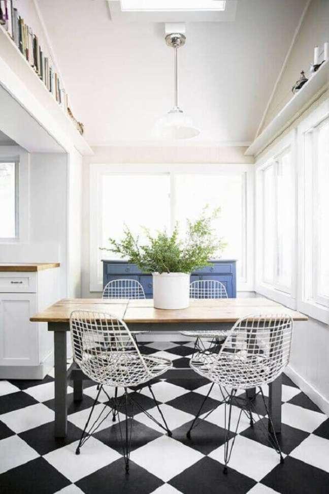 6. Piso xadrez preto e branco para sala de jantar decorada com cadeira moderna – Foto: Antic&Chic