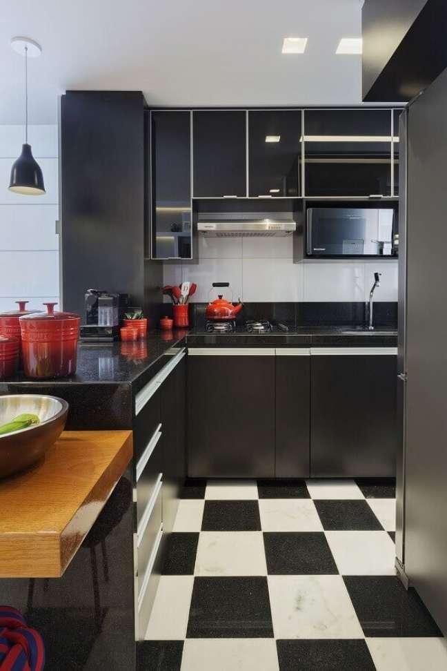 50. Piso xadrez para decoração de cozinha preta planejada – Foto: Daniela Bittencourt Tavares Matias