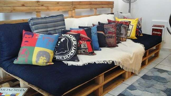 68. As almofadas criativas trazem um toque descontraído para a sala planejada pequena. Projeto de Rani Victor