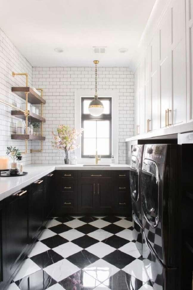 19. Cozinha pequena preta e branca decorada com piso xadrez – Foto: Home Fashion Trend
