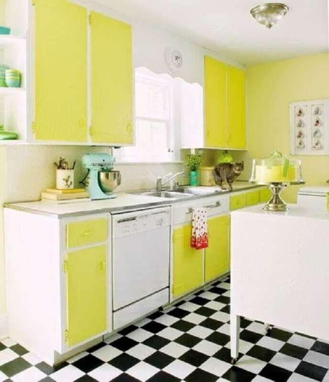22. Cozinha retro branca e amarela decorada com piso xadrez – Foto: Jeito de Casa