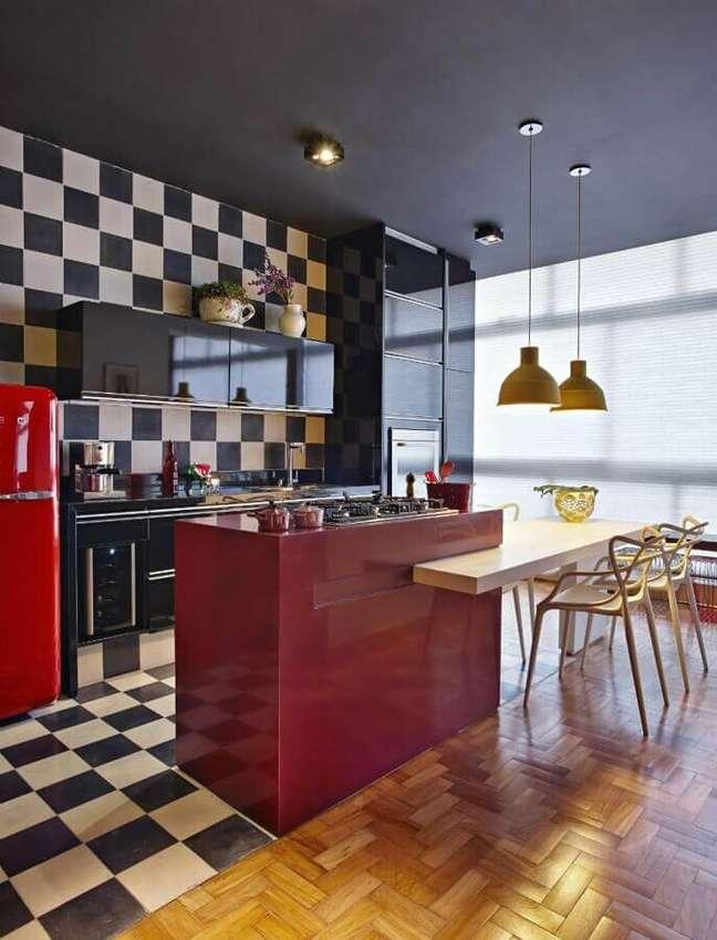 60. Piso xadrez para cozinha gourmet decorada com ilha vermelha e mesa de madeira – Foto: Gislene Lopes