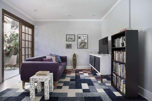 25. Projeto de sala pequena planejada com poucos móveis. Projeto de Mariana Martini