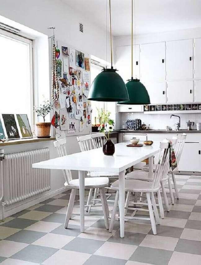 25. Decoração com luminária verde e piso xadrez cozinha branca – Foto: Elle Decoration
