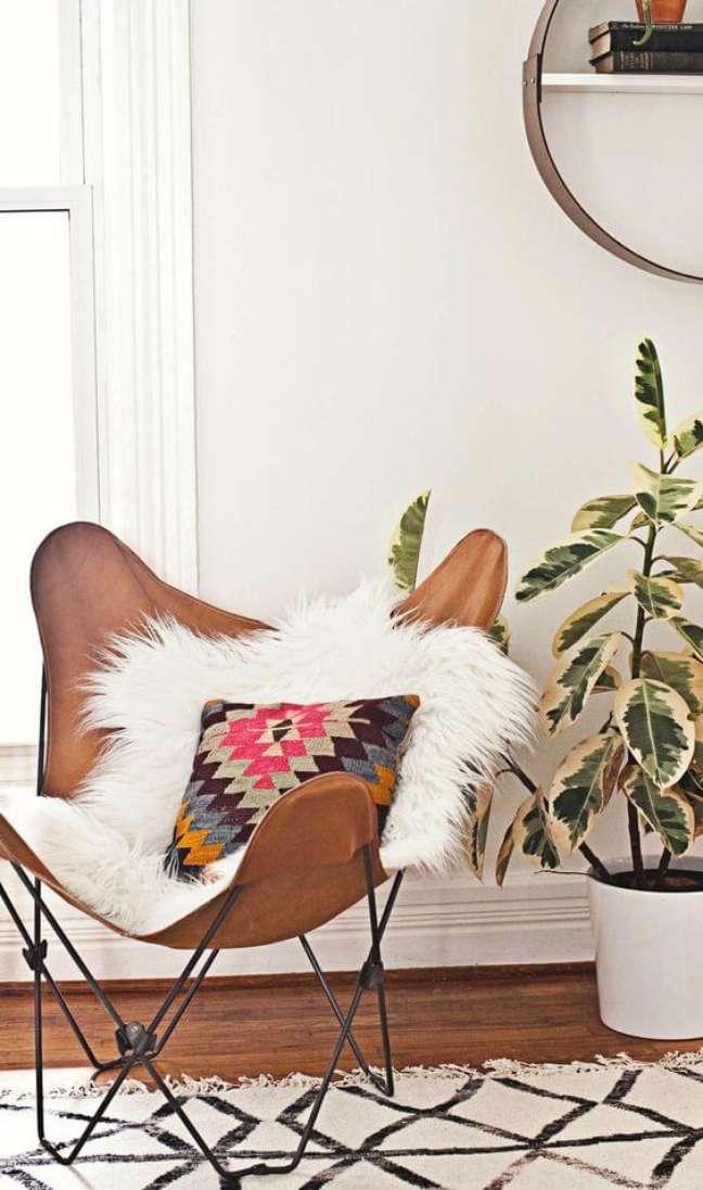9. Poltrona butterfly com almofada colorida na sala de estar – Foto ABM Studion