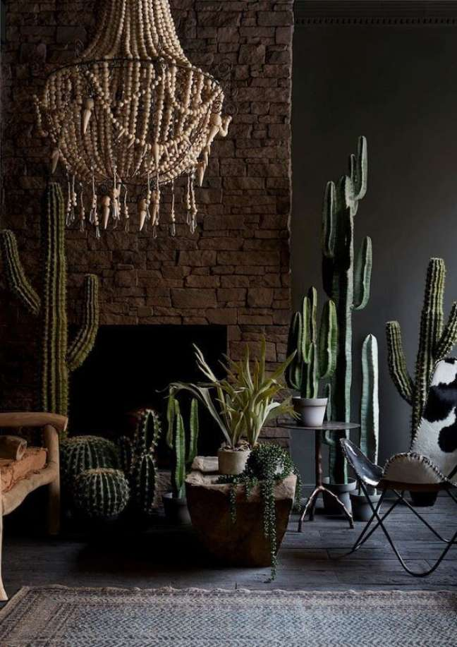 31. Sala decorada com plantas variadas e poltrona butterfly – Foto Abigail Ahern