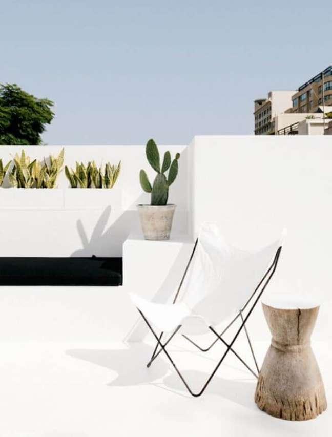 48. Poltrona branca borboleta para jardim moderno – Designer Pamela Makin Les Interieurs Foto Felix Forest