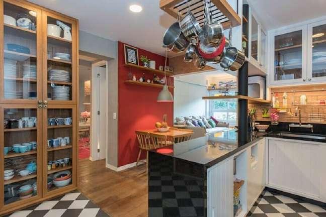 37. Piso preto e branco xadrez para cozinha planejada de canto decorada com cristaleira de madeira – Foto: Homify