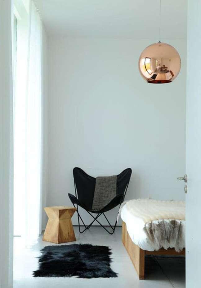 19. Quarto moderno decorado com poltrona butterfly preta – Foto Jean Marc Wullschleger