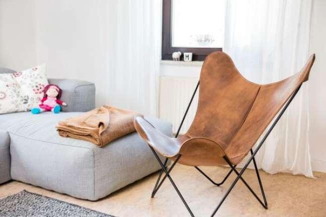 27. Sala com poltrona butterfly couro marrom e sofá cinza – Foto Einrichten Design