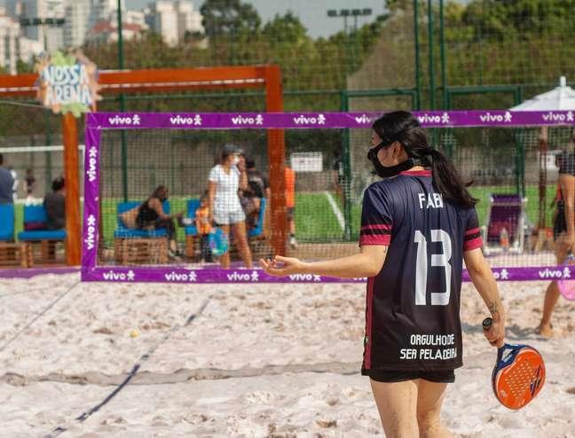 Mulher pratica beach tennis no espaço Nossa Arena em SP