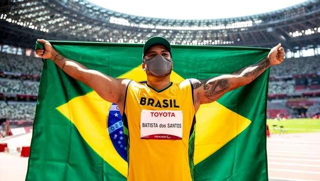 Claudiney Batista comemora a medalha de ouro nos Jogos Paralímpicos de Tóquio Miriam Jeske CPB