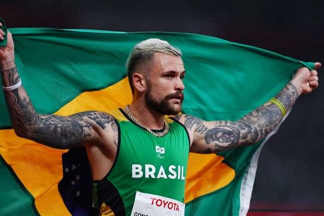 Vinicius Rodrigues ergue a bandeira do Brasil ao conquistar a prata Athit Perawongmetha Reuters