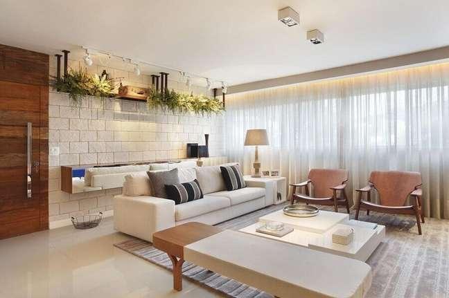 56. Tipos de sofás para sala decorada em cores claras com poltronas de madeira – Foto: Studio Eloy e Freitas Arquitetura