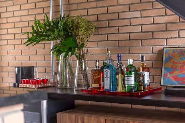 5. A bandeja bar organiza diferentes garrafas e utensílios de bar sobre o móvel. Foto: JP Image