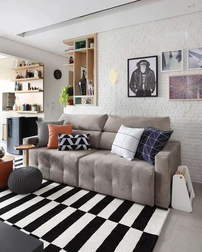 58. Tipos de sofás para sala pequena decorada com tapete listrado preto e branco – Foto: Bianchi e Lima