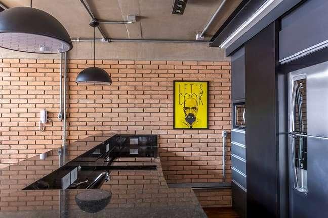 9. A bancada de madeira conectada ao balcão da cozinha acomoda três pessoas sentadas. Foto: JP Image