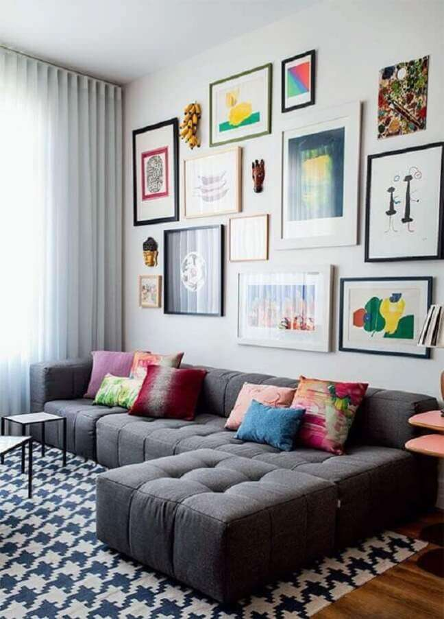 22. Tipos de sofá com chaise para sala decorada com mural de quadros – Foto: Casa Abril