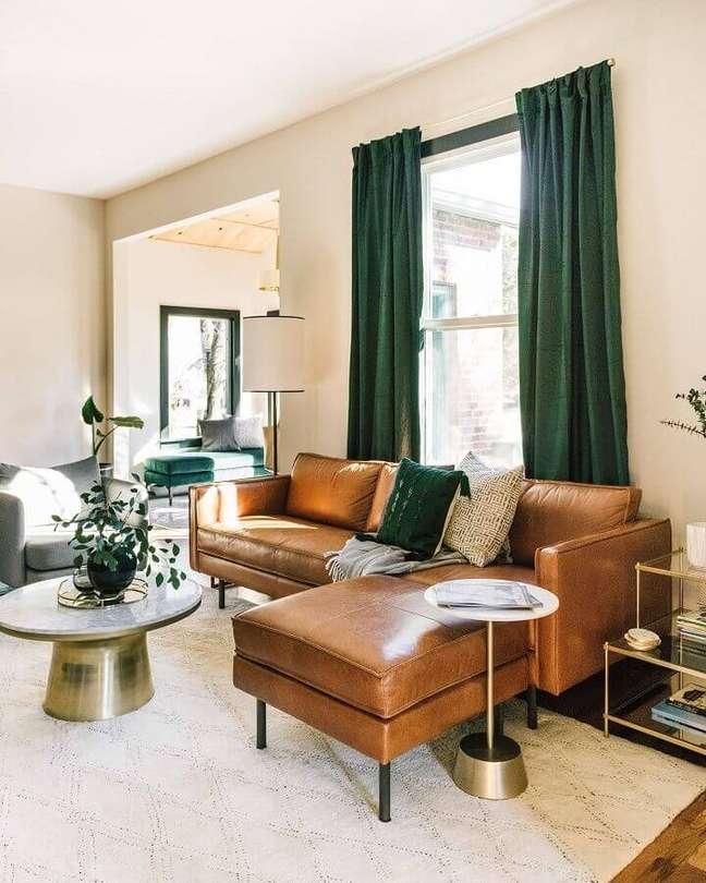 2. Tipos de sofás com chaise de couro para sala bege decorada com cortina verde – Foto: Estofos PT