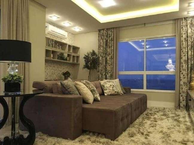 62. Tipos de sofás retrátil para decoração de sala de TV em cores neutras com tapete felpudo – Foto: Officio e Arte