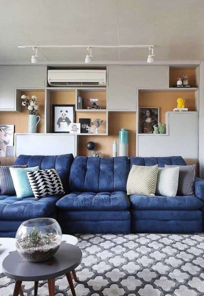 61. Tipos de sofás retrátil para decoração de sala com estante planejada de nichos – Foto: Decor Fácil