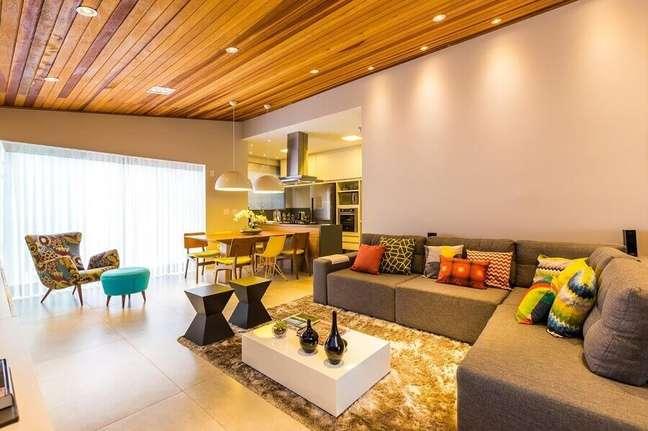 37. Tipos de sofás de canto para decoração de sala ampla com tapete felpudo – Foto: By ArqEDesign
