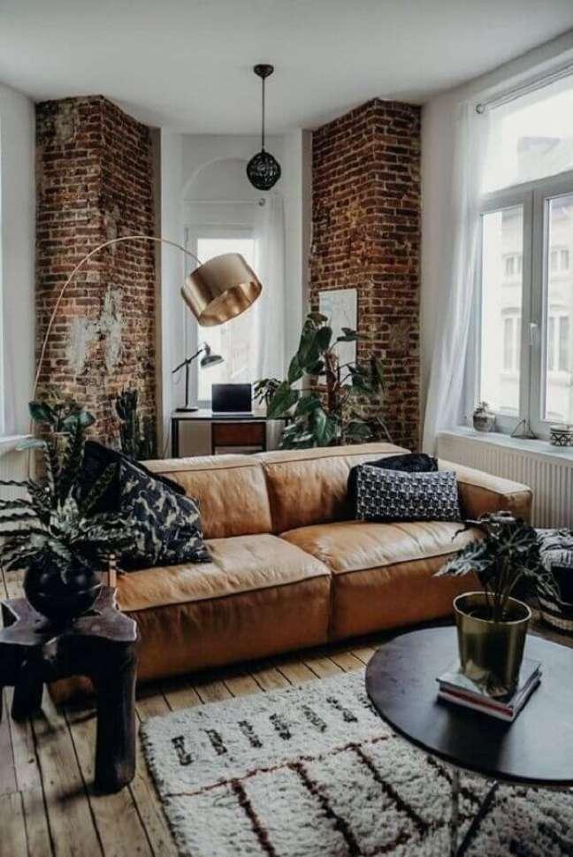 43. Tipos de sofás de couro para decoração de sala com estilo rustico – Foto: The Lifestyle Files