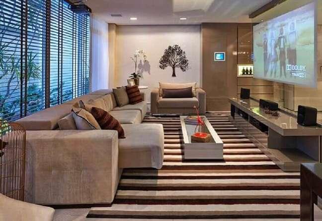 7. Tipos de sofás retráteis para decoração de sala de TV em cores neutras com tapete listrado – Foto: Home Fashion Trend