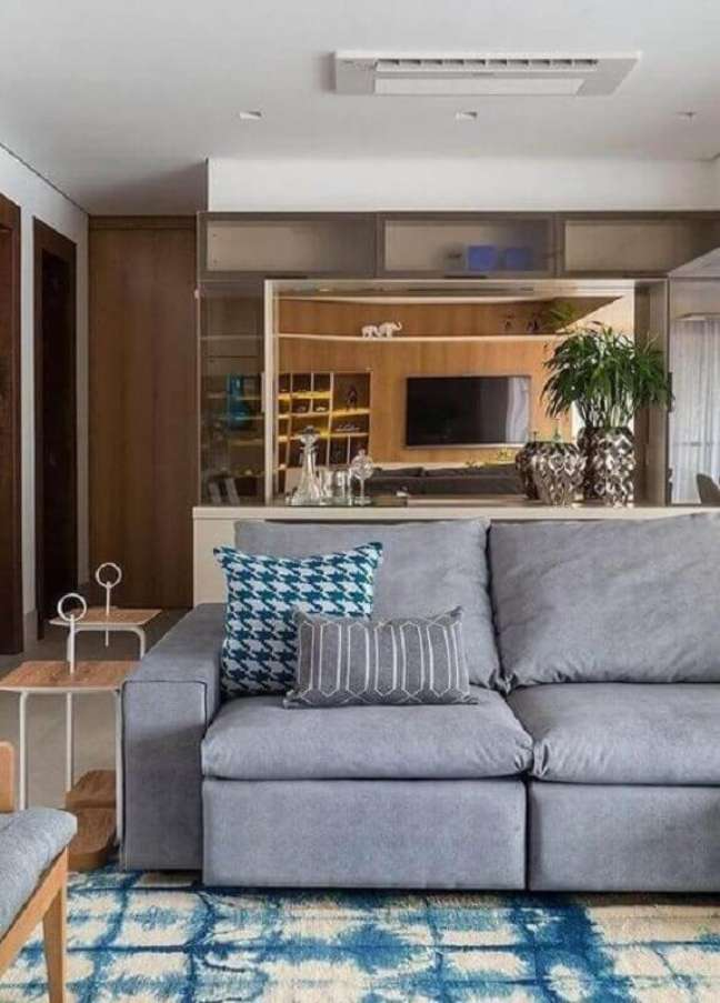 1. Tipos de sofás cinza para sala de TV decorada com tapete azul mesclado – Foto: Yandex