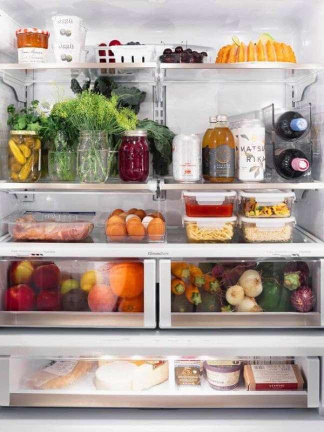 6. Dicas para organizar geladeira com potes e organizadores – Foto Domino